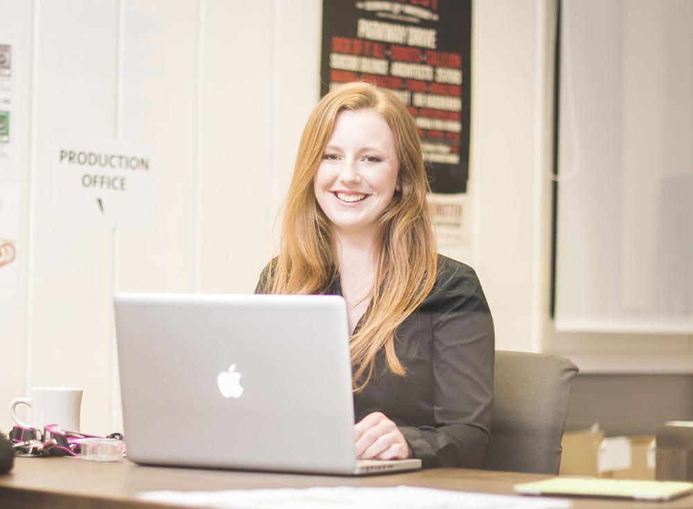 Junge Frau am Apple Laptop