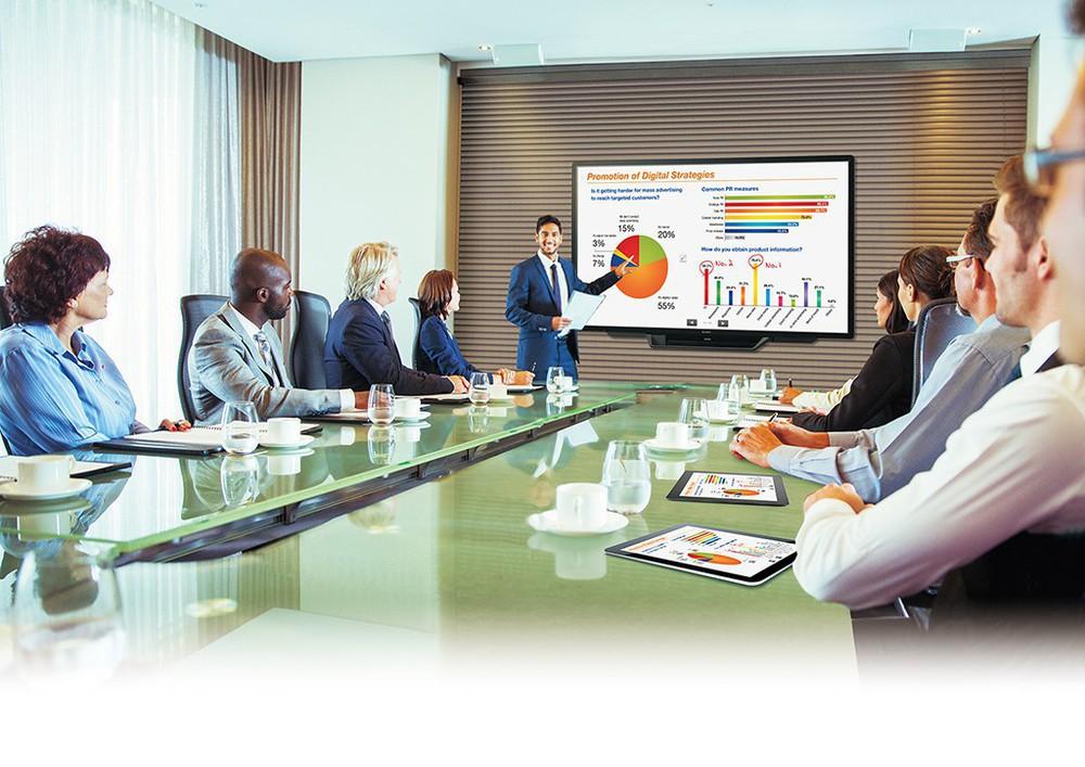 Geschäftsmann hält eine Präsentation vor Kollegen.