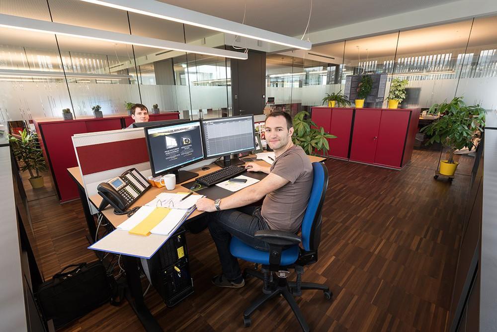 AV Stumpfl Mitarbeiter im Büro