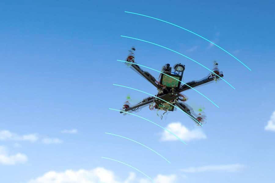 Drone vor blauem Himmel