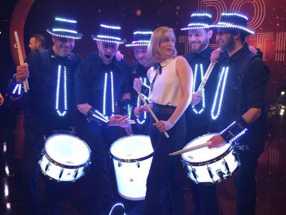 Gesine Cukrowski mit den Light Drummern von Sanostra