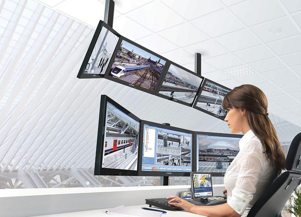 Bedienpersonal am Überwachungsmonitor