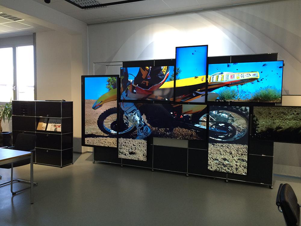 Motorrad auf einer Videowall