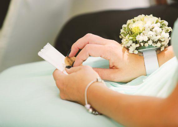 Braut mit Brautstrauß am Arm