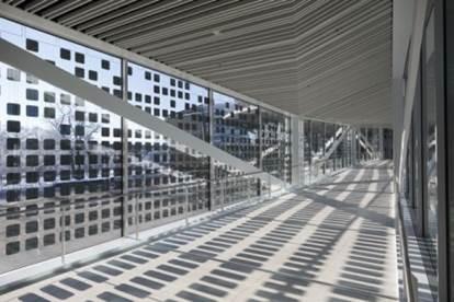 Neue Glasbrücke der Deutschen Messe zwischen Convention Center und Halle 7