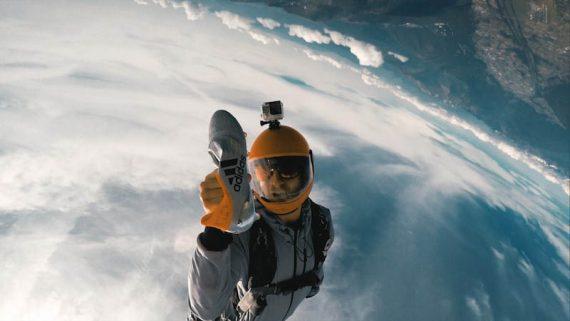 Sky-Diver mit einem Fußballschuh in der Hand