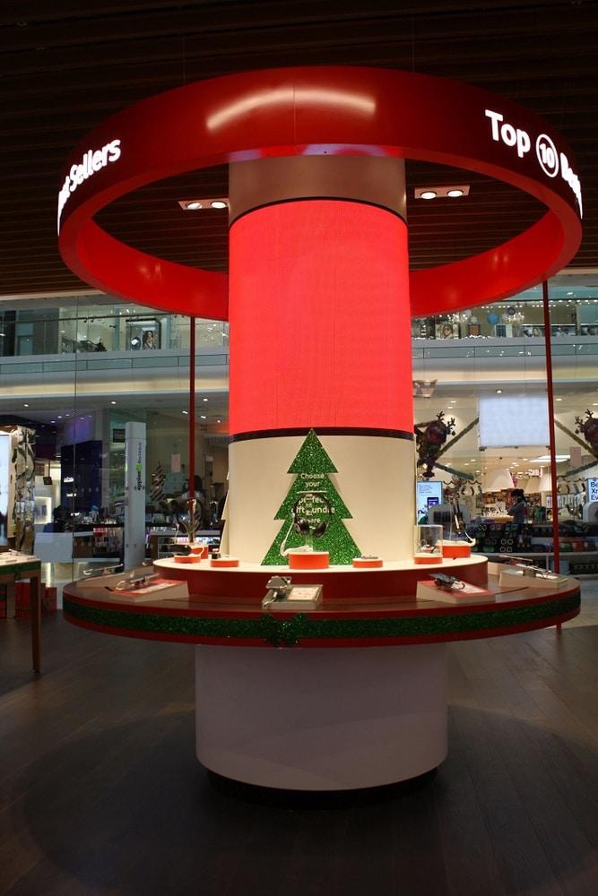 Die gebogene LED-Displaysäule im Westfield Shopping Centre