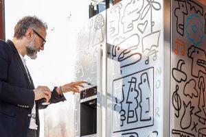 Massimo Bottura an einem von Thierry Noir verschönerten Kühlschrank.