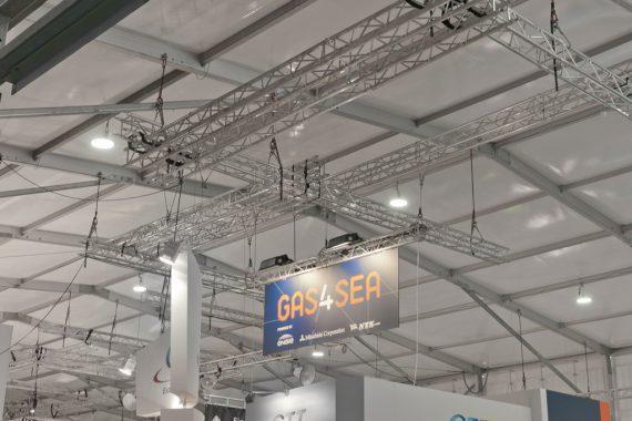 Das Losberger Palas sicherte durch seine Raumhöhe von 8 Metern das gewünschte Messehallen-Niveau. Die hohe Aufhängelast am Dach ließ auch schwere und großvolumige Abhängungen zu.