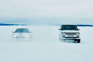 Zwei Autos erproben Fahren am Limit auf Eis und Schnee