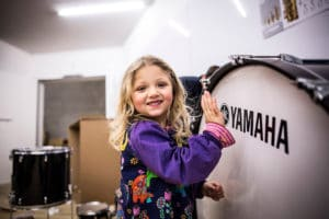 Mädchen vor einem Schlagzeug von Yamaha