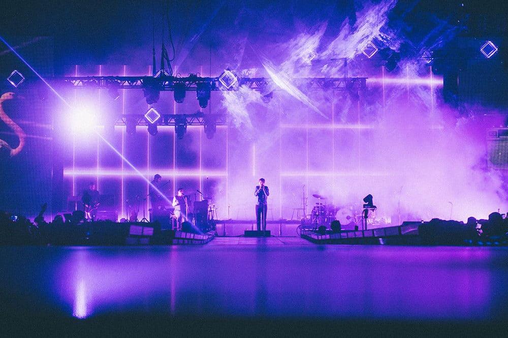 Drei hochauflösende LED-Screens zieren die Bühne von Philipp Poisel