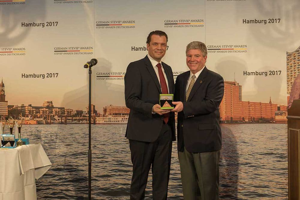 Dr. Hanns-Christian von Stockhausen, Geschäftsführer der Halle 45 mit Michael Gallagher, Gründer und Präsident der Stevie Awards