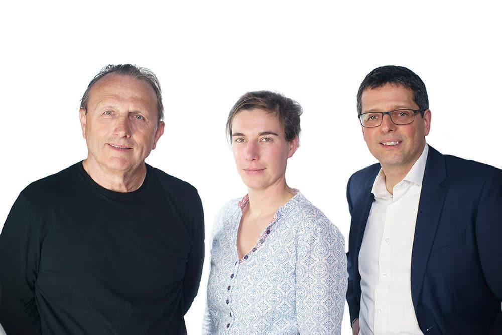 Geschäftsführerwechsel bei P+S Technik: Alfred Piffl verabschiedet sich aus der Geschäftsführung und übergibt die Verantwortung an seine Tochter Anna Piffl und Andreas Dasser (v.l.n.r.)