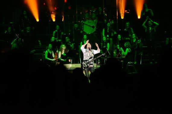 Sänger mit großer Band