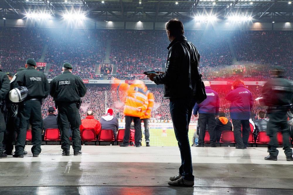 Mitarbeiter des TÜV Rheinland prüfen beim 1. FC Köln unerkannt sicherheitsrelevante Bereiche vor, während und nach einem Spiel. Direkt vor Ort füllen die Prüfer Checklisten auf Tablets aus, was mittlerweile unauffälliger ist, als Papiernotizen. Ein Team von mehreren Experten des TÜV kommuniziert dabei ständig untereinander per Funk oder Handy.