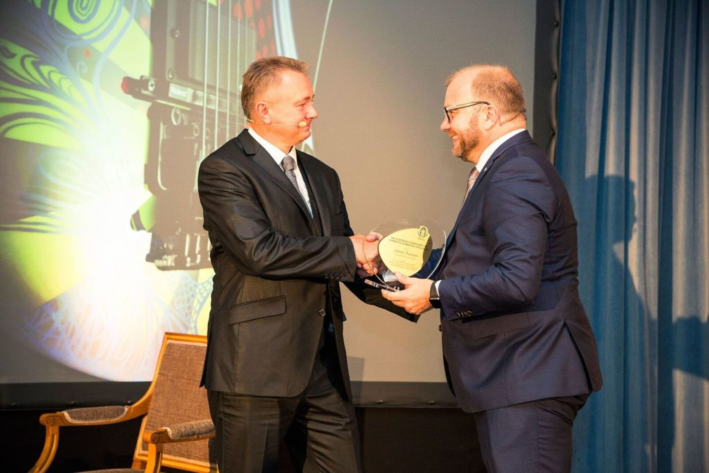 Hans Thomann (l.) erhält den Award of Excellence vom Club 55.