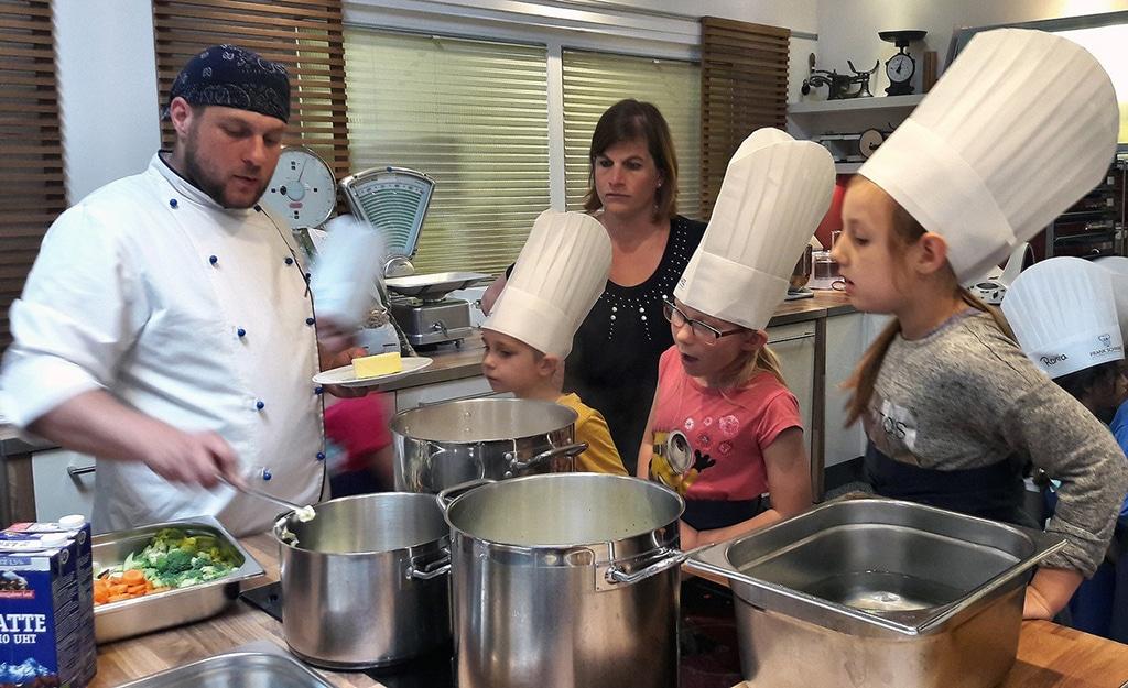 Die Zutaten des Mittagessens wurden von den Kids natürlich selbst gewaschen und zerkleinert.