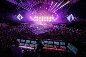 Violett beleuchtete Konzertbühne