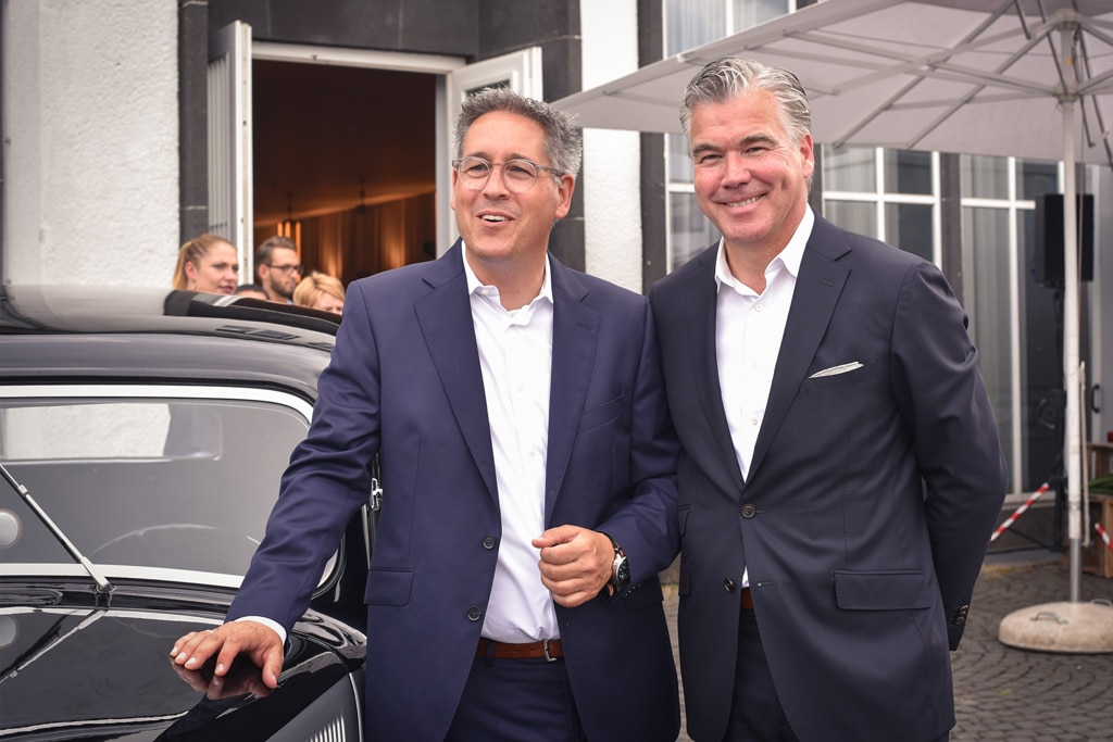 Marc Baumüller (l.), Geschäftsführer Motorworld, und Johannes Molderings, Geschäftsführer lemonpie