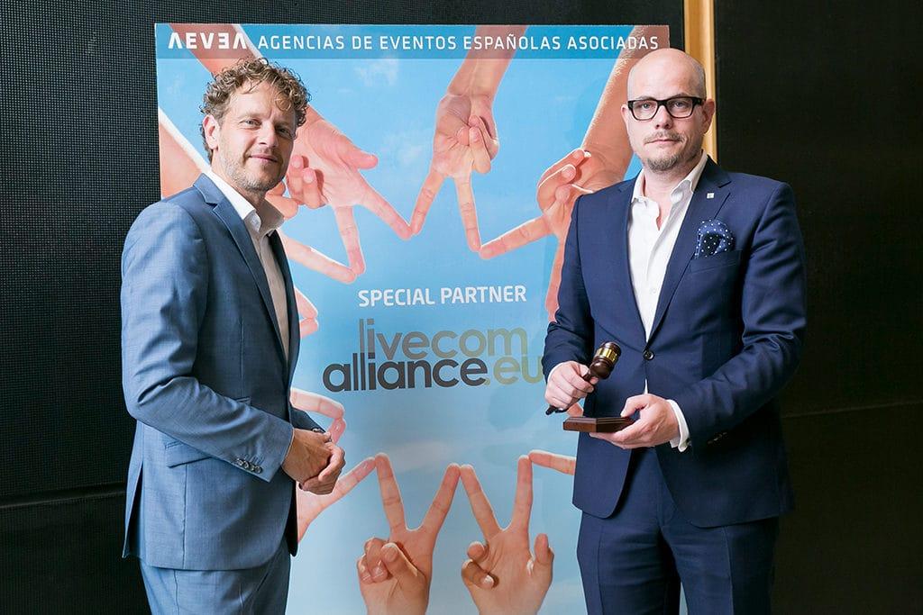 Übergabe des Vorstandshammers von Maarten Schram an den neuen Vorstandsvorsitzenden Jan Kalbfleisch - FAMAB)
