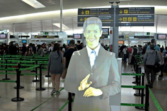 BrightSign HD1023-gesteuerter virtueller Assistent begrüßt Fluggäste am Flughafen Barcelona-El Prat