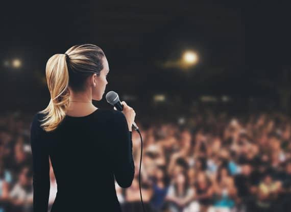 Moderatorin vor Publikum