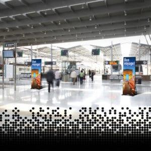 LED Displays von Squadrat in einer Bahnhofshalle