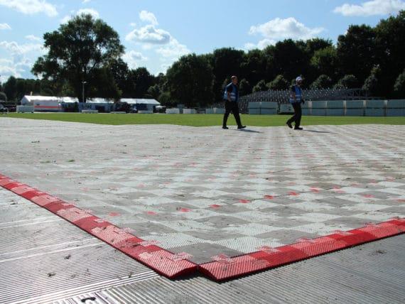Aufbau von Rasenschutz durch eps für die Rolling Stones im Stadtpark Hamburg