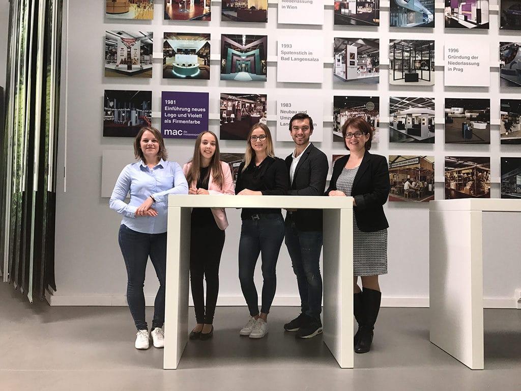 Die vier Studierenden, die ihre Praxisphasen in Langenlonsheim absolvieren werden, freuen sich auf die Zeit bei Mac. Rechts im Bild: Sandy Matos, Referentin der Geschäftsführung.