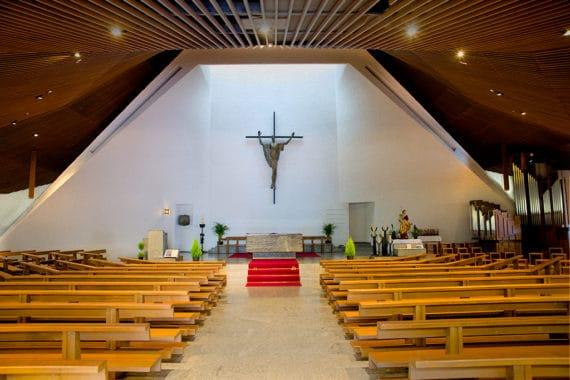 Altarraum der Herz-Jesu-Kirche in Brig (CH) mit optisch integrierten Meyer Sound CAL Lautsprechern