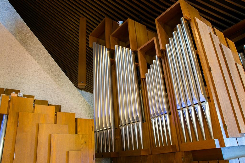 Orgel der Herz-Jesu-Kirche in Brig (CH) mit optisch integrierten Meyer Sound CAL Lautsprechern