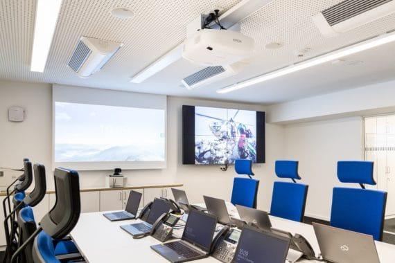 Besprechungsraum Polizeiführungsstab mit Cisco Videokonferenzsystem und 4er Monitor-Splitwand