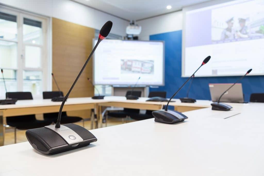 SAS-Raum mit Cisco-eigenen Mikrofonen für kleinere Videokonferenzen sowie Sennheiser ADN-Konferenzanlage für größere Videokonferenzen