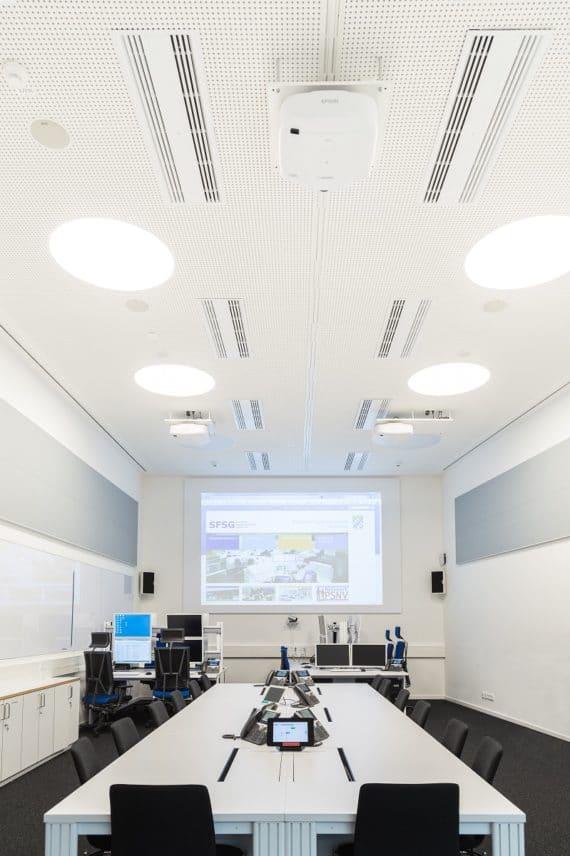 Führungsräume Katastrophenschutz mit Arbeitsplätzen, Displays und Projektoren
