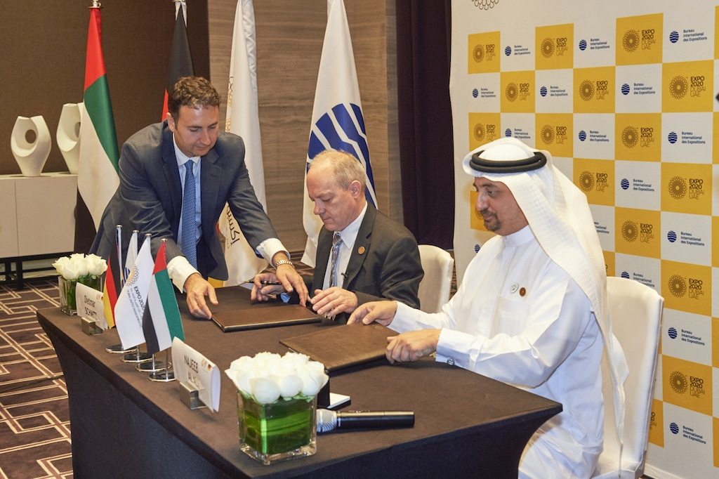 EXPO 2020 Dubai: Deutschland unterzeichnet Teilnahmevertrag; (l.) Dietmar Schmitz (Generalkommissar Deutscher Pavillion , Bundeswirtschaftsministerium), (r.) Najeeb Al Ali (Executive Director Dubai EXPO 2020 Buerau)