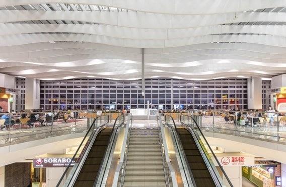 Der über 140.000 m² große, sanierte Terminal 2 umfasst Check-in-Einrichtungen, sowie einen eleganten Sky Plaza Shopping- und Essbereich