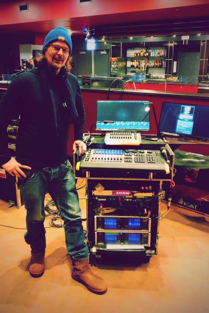 Lichtdesigner JoJo Tillmann mit einem Hog Setup.