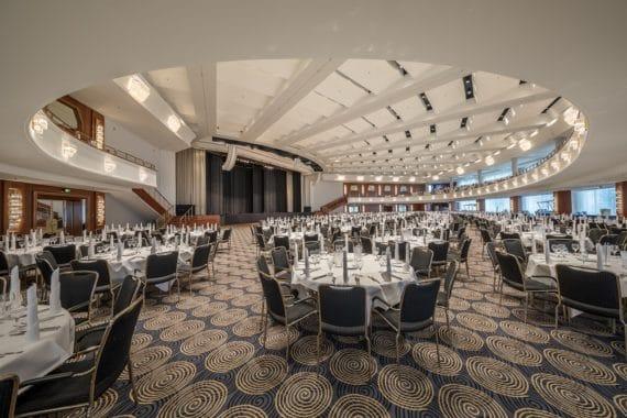 Der Saal Maritim mit großer eingebauter Bühne und L-Acoustics Beschallungsanlage