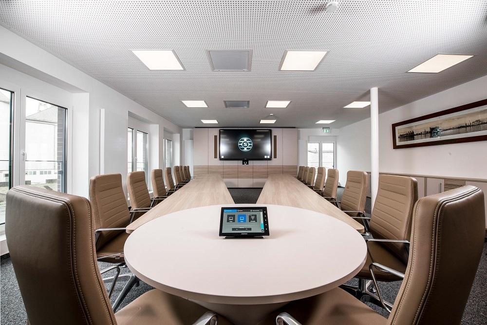 Multifunktionaler Konferenzraum für Besprechungen und Videokonferenzen
