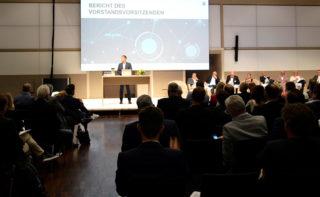 FAMAB-Vorstandsvorsitzender Jörn Huber bei der Eröffnungsrede zur Jahreshauptversammlung