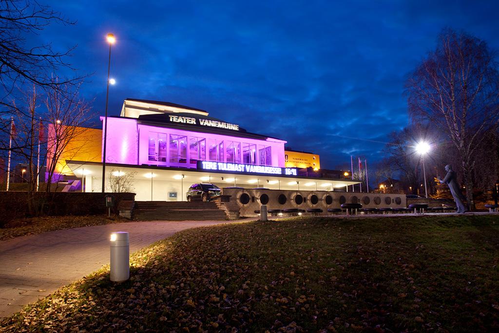 Außenfassade des Theaters Vanemuine bei Nacht