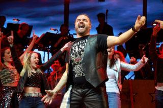Sänger des Wolfgang Petry Musicals tragen Kopfbügelmikrofone von DPA