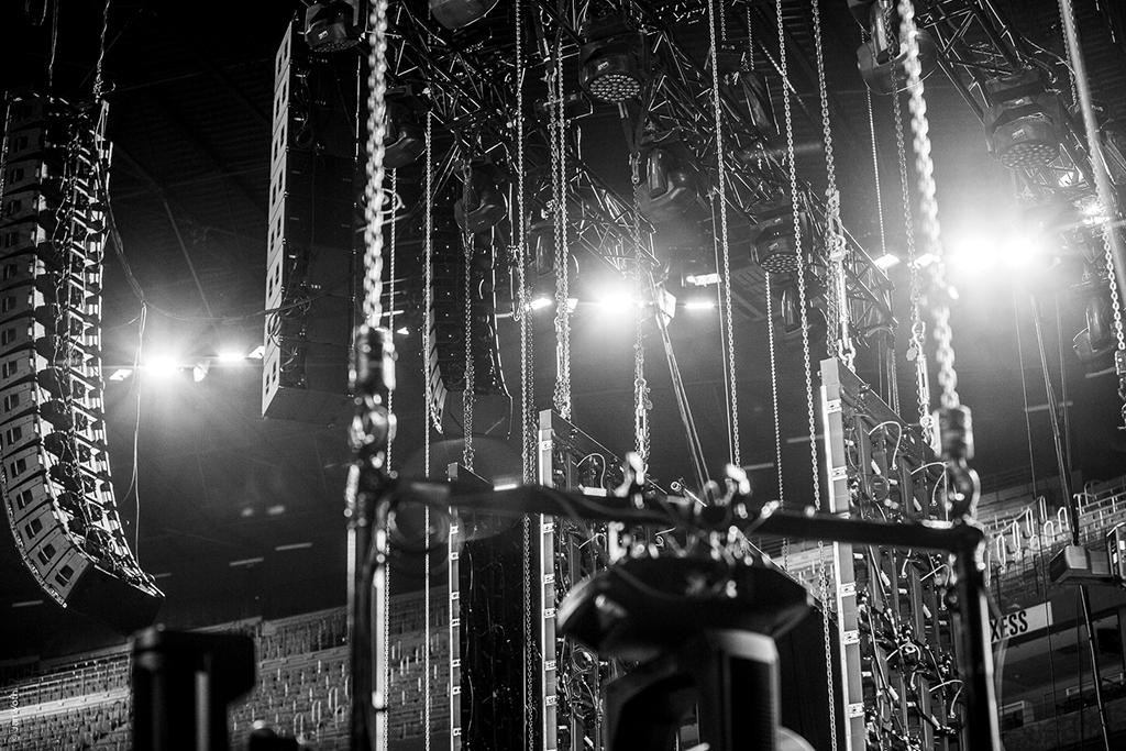 Aufbau für die Brings Mai-Polka-Party in der Kölner Lanxess-Arena
