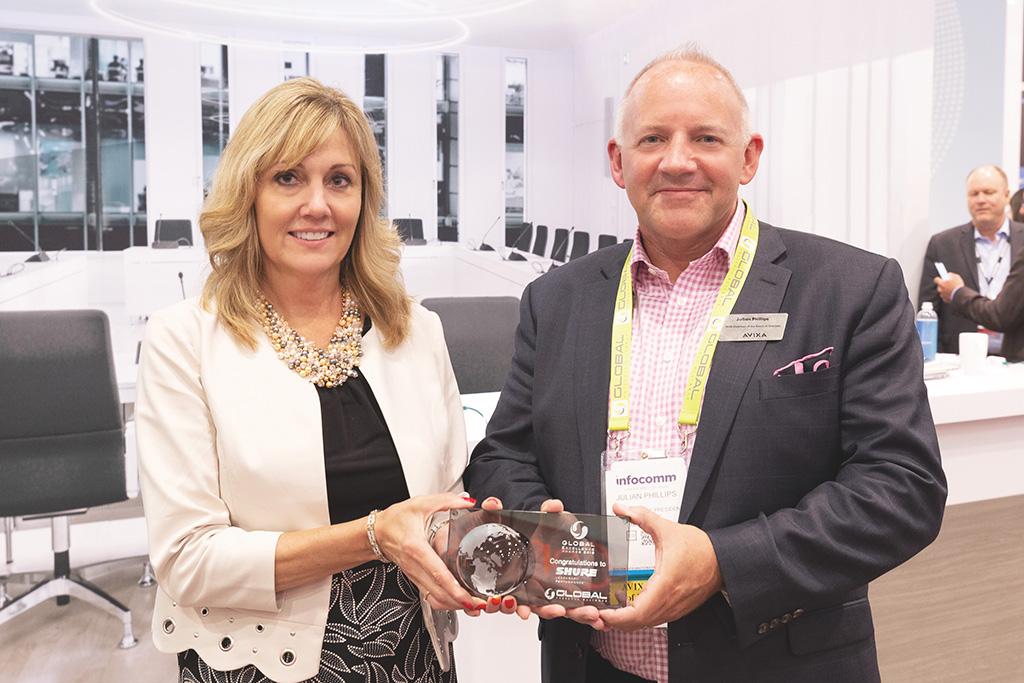 Chris Schyvinck, President und CEO bei Shure erhält den Global Excellence Award von Julian Phillips, Executive Vice President bei Whitlock und Vorstandsvorsitzender bei Avixa