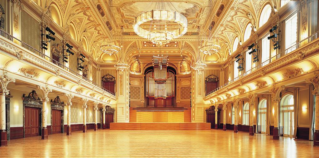 Großer Saal der Stadthalle Wuppertal mit Blick auf die Bühne