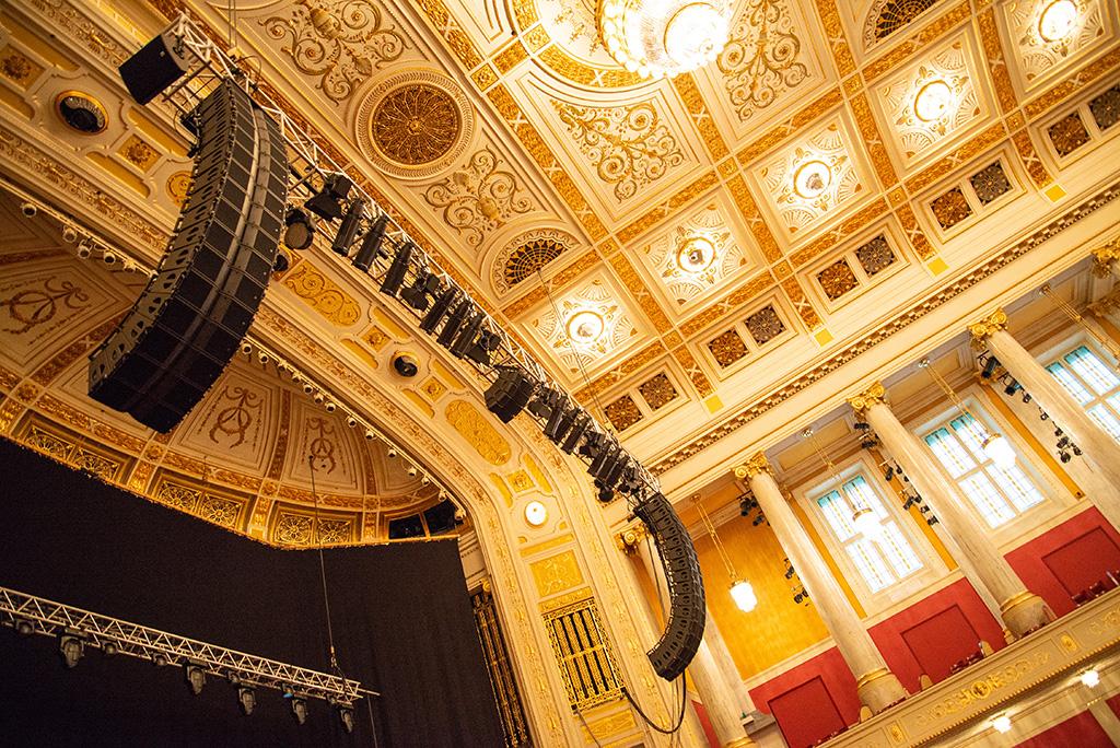 Beschallungsanlage oberhalb der Bühne im großen Saal des Wiener Konzerthauses