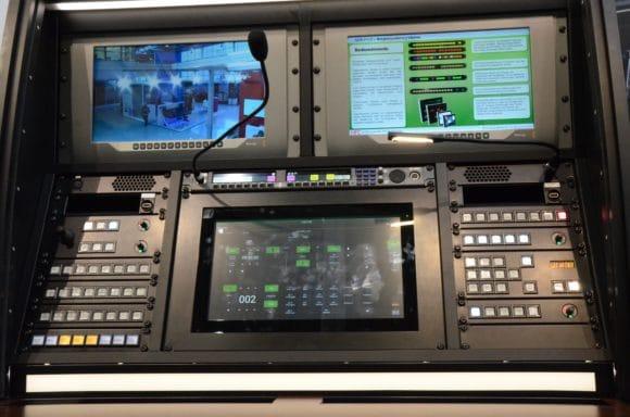 Ein modernes, betriebssicheres Inspizientenpult mit adunas Mediensteuerung und RTS Intercomanlage