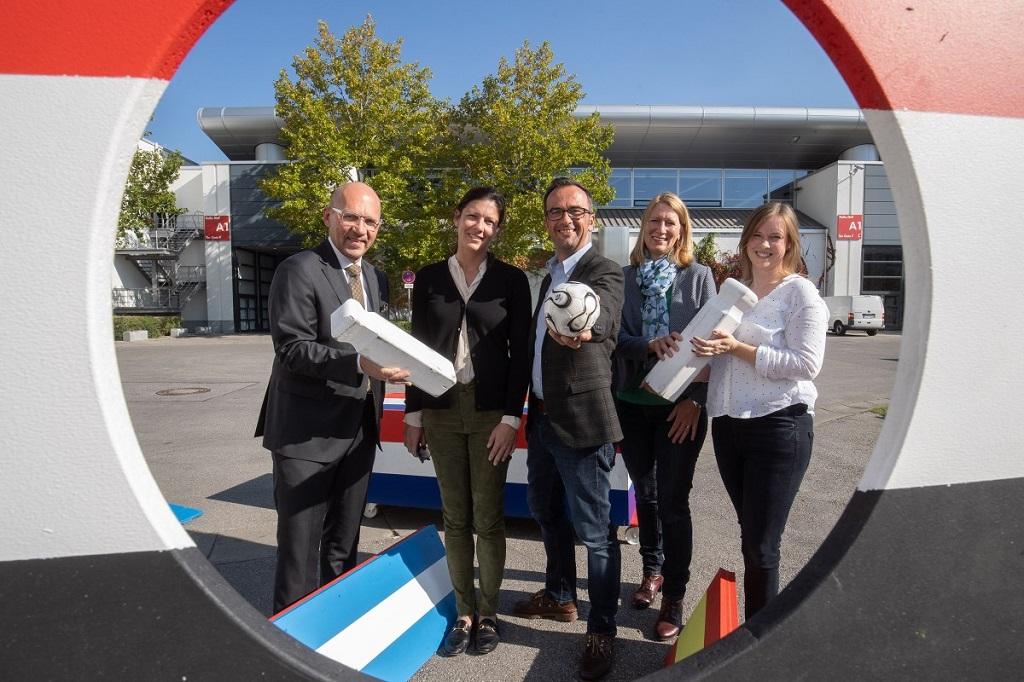 Klaus Dittrich, Viktoria von Wulffen, Norbert Blesch, Birgit Treml und Julia Sicheneder bei der Übergabe der Fußballgolf-Anlage