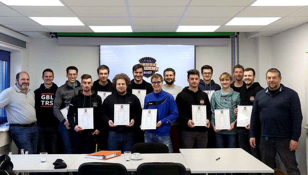 Teilnehmer der Truss Academy im Januar 2019 mit Zertifikaten